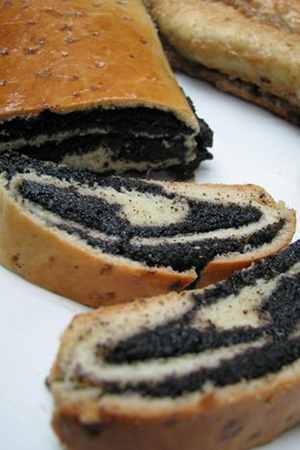 Hungarian poppyseed roll (makosh)